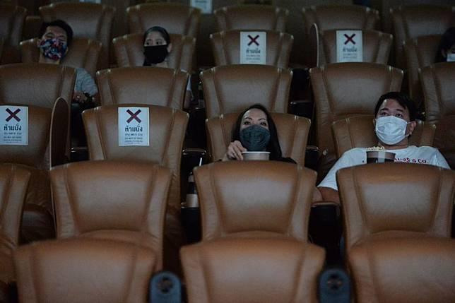 ดูหนังให้นั่งเว้น หลังไทยคลายล็อก เปิด 'โรงหนัง-ร้านนวด-ฟิตเนส'
