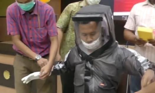 Dosen Fakultas Kedokteran UNS Solo berinovasi membuat alat pelindung diri (APD) berbahan mantel hujan dan plastik mika.