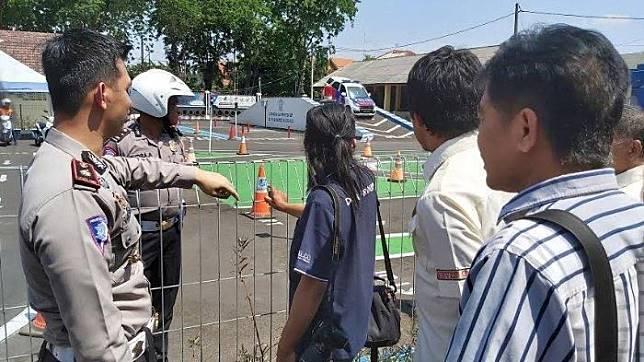 Kasat Lantas Polresta Sidoarjo, Kompol Fahrian Saleh Siregar saat memberi penjelasan dan mengajak perwakilan LSM di Sidoarjo melihat langsung proses pengurusan SIM