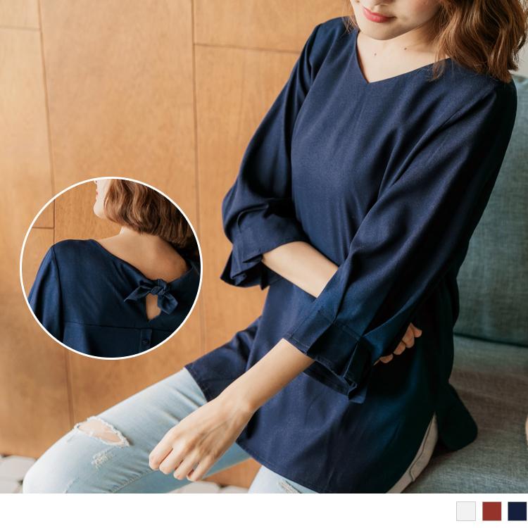 顛覆以往的認知 前面是素素的色彩 卻在背後設計綁帶與排釦 讓背影不無聊增添創意時尚感 ********************** 小提醒:後綁帶不可拆、後釦為假 深色衣物建議單獨洗滌,以翻面手洗或放
