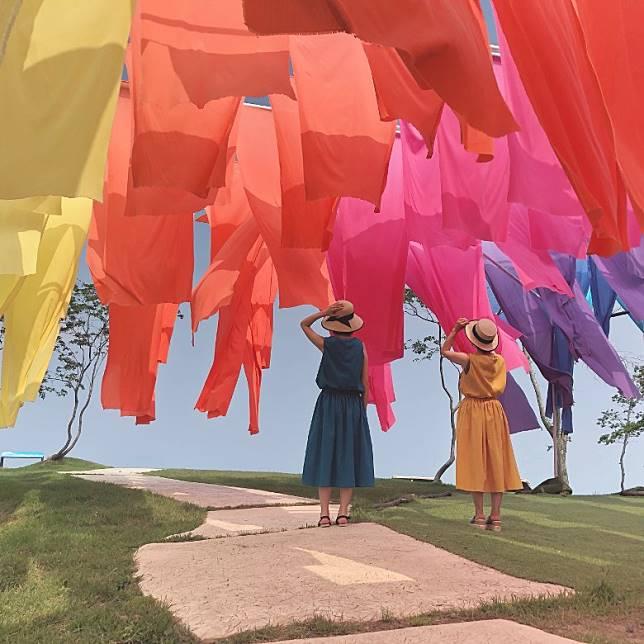 彩色簾子由江戶時代流傳的傳統紡織品高島ちぢみ來製作,感覺零舍矜貴。(互聯網)