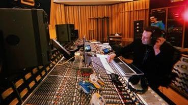 馬斯克發表 EDM 單曲「Don't Doubt ur Vibe」封面是 Cybertruck 和火星