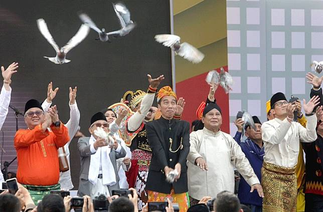 "Give peace a chance: President Joko ""Jokowi"" Widodo (center), who is running for a second term, and his running mate Ma'ruf Amin (second left), along with presidential candidate Prabowo Subianto (second right) and his running mate Sandiaga Uno (right), release pigeons during a peace declaration for the 2019 election campaign at the National Monument in Jakarta on Sunday. With the declaration, the campaign period for the presidential election, scheduled for April next year, offi cially kicked off , pitting Jokowi once more against his opponent in the 2014 election."