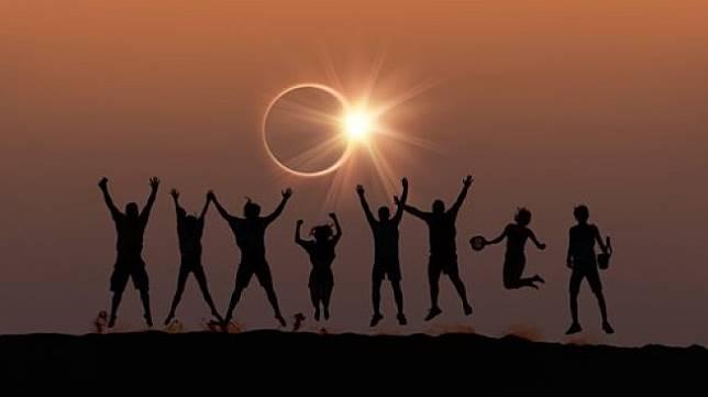 Ilustrasi sejumlah orang menyaksikan Gerhana Matahari Cincin. [Shutterstock]