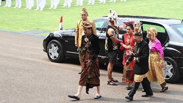 President Joko Widodo, First Lady Iriana Joko Widodo, Vice President Jusuf Kalla and Mrs. Mufidah Jusuf Kalla arrive at the location of the 74th Independence Day Ceremony, State Palace, Jakarta, Saturday, August 17, 2019. TEMPO/Subekti