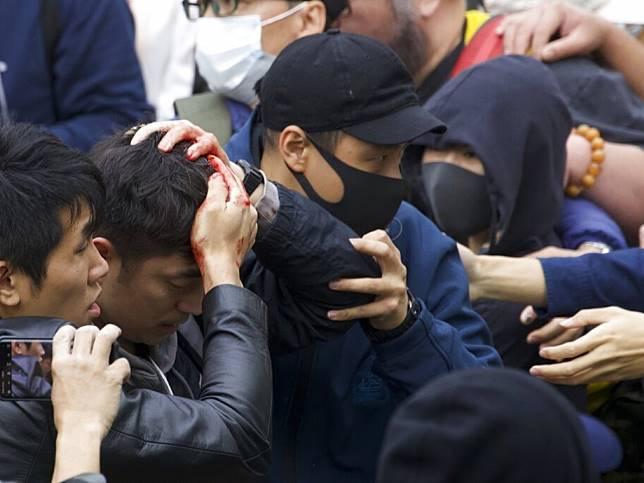 一名相信是便衣警員的男子被包圍襲擊後頭部受傷。(美聯社)