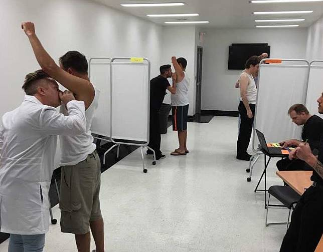 Pekerjaan seorang tester deodoran yang menciumi bau ketek dan kaki