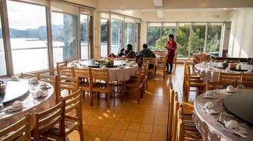 邊用餐邊欣賞石門水庫的湖光山色。東湖餐廳