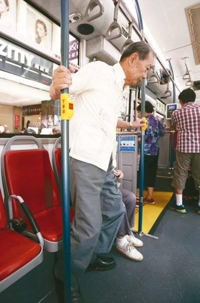 許多長者搭公車,擔心自己行動緩慢影響上下車,在公車還沒到站前就起身移動,很容易因公車急煞車而跌倒。