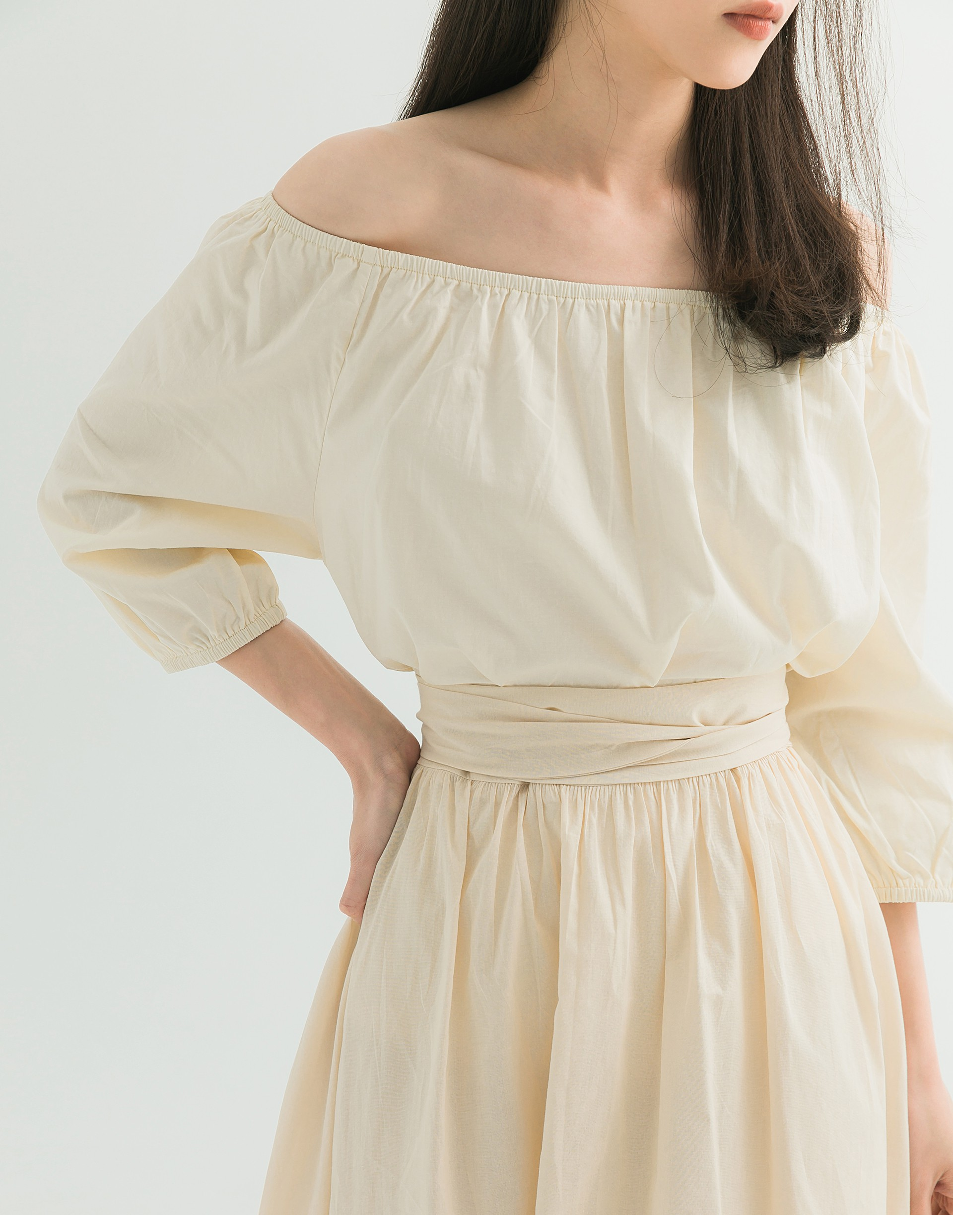 彈性:適中 舒適透氣的棉質料、領圍和袖口鬆緊設計、一字領寬度可自行調整