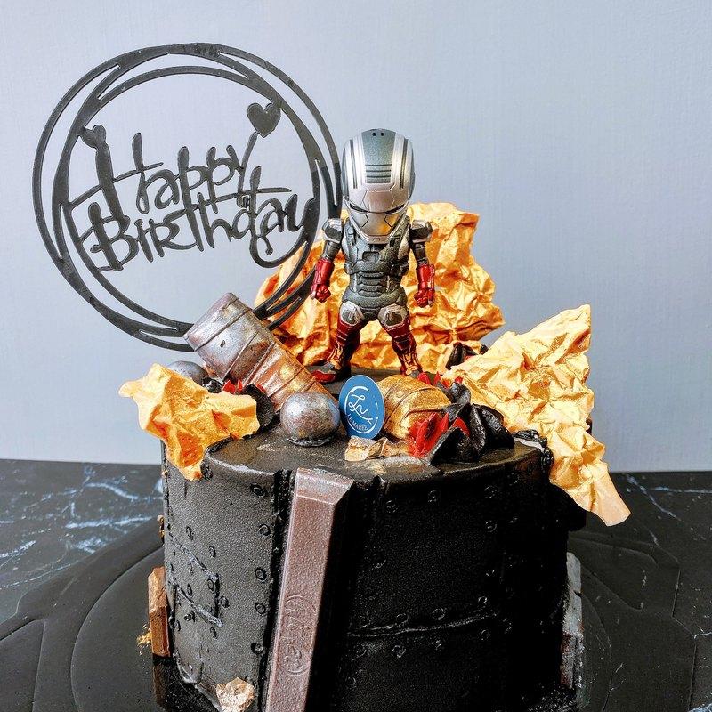 這款鋼鐵人蛋糕我們以金屬的感覺去做延伸,運用鋼鐵港覺得蛋糕本體,搭配上金屬感覺的巧克力,襯托出鋼鐵人的剛硬感覺,這款也可製作發光造型蛋糕!桓儀來信詢問唷!