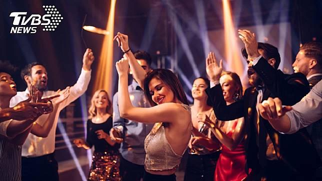 女學生夜店玩嗨了,脫掉上衣露胸跳舞。示意圖/TVBS