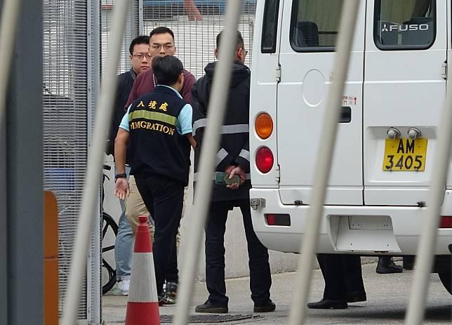 警方及入境處人員在機場1號檢查站,處理季炳雄出獄後遣往美國事宜。