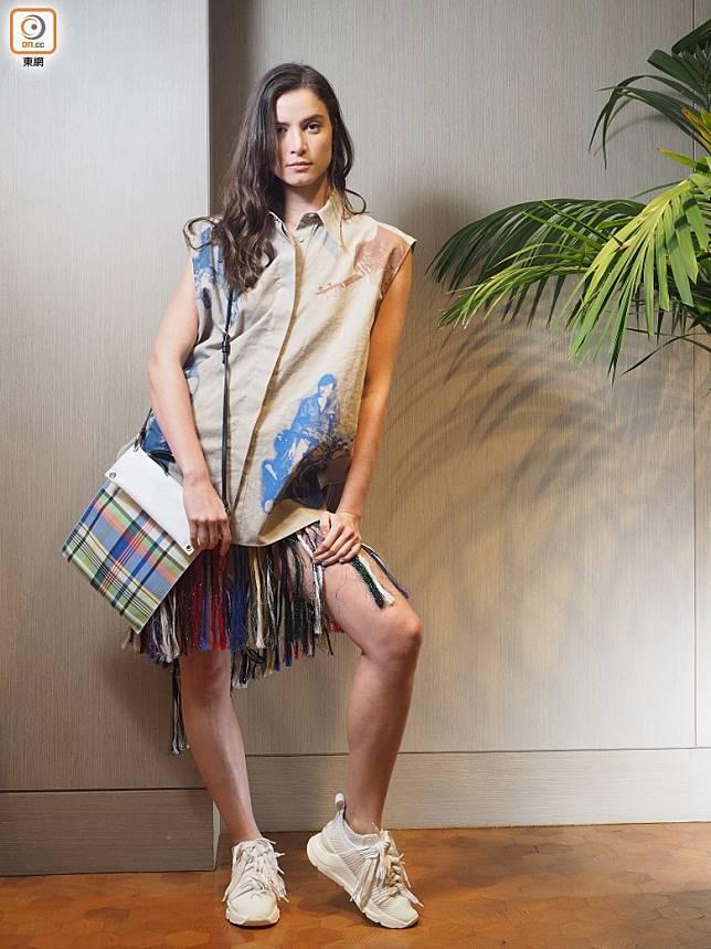 另一養眼之作是由七彩條子平紋布料延伸出的流蘇半截裙,剪裁簡約利落,流露截然不同的摩登形象。(張錦昌攝)
