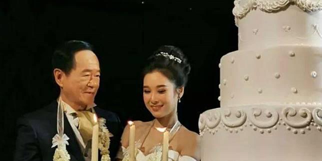Pernikahan beda usia (Foto: World of Buzz)