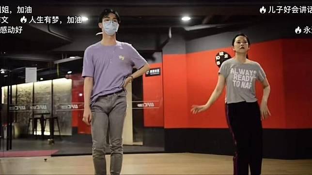 ▲小哈利(左)勁歌熱舞勝媽咪。(圖/翻攝伊能靜微博)
