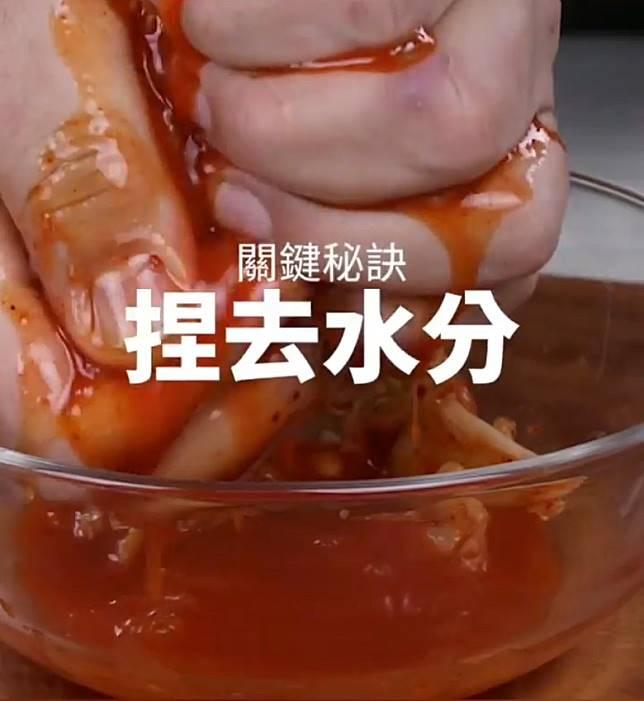 加泡菜的話,就要大力擠出泡菜汁。(互聯網)