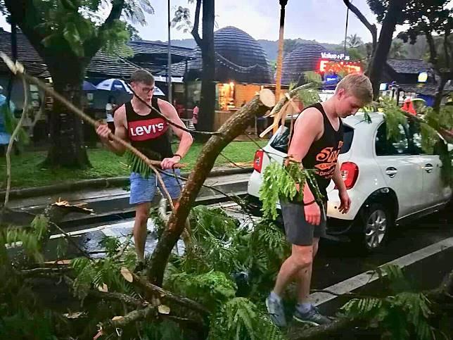 จิตอาสาน้ำใจงาม ร่วมมือร่วมใจ ทั้งไทยและเทศ หลังกระแสลมแรง ต้นไม้ล้มทับรถเสียหายหลายคัน อ่าวนาง จ.กระบี่