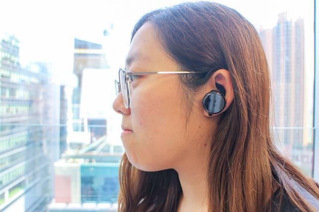 耳機機身偏大,但記者試戴後感覺比想像中舒適,雖稱不上輕盈,但也不算太壓耳。