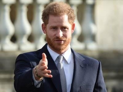 Naik Pesawat Komersial, Pangeran Harry Mulai Hidup Sederhana