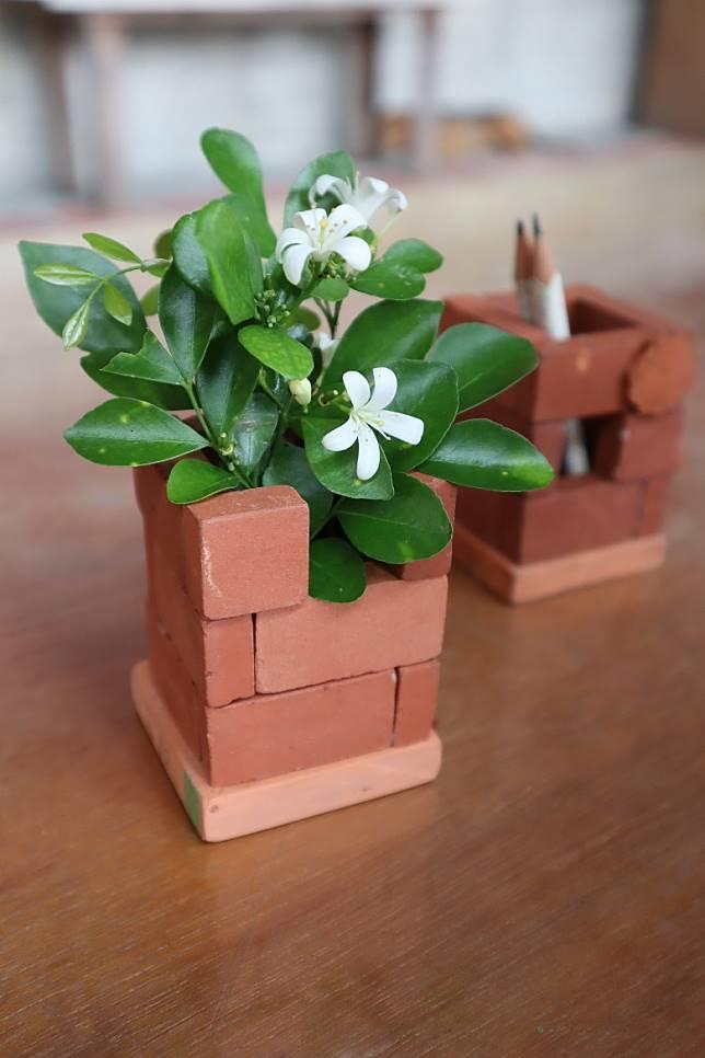 三和瓦窯還有多個DIY體驗可玩,最受歡迎的是「砌磚」,大家可用小磚砌出小花瓶或筆筒。(劉達衡攝)