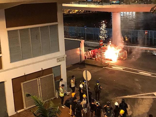 示威者焚燒雜物