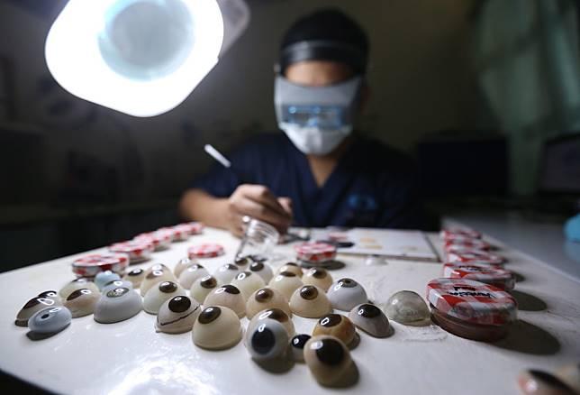 Rizwan Ilyasin, seorang Okularis atau pembuat bola mata palsu, saat membuat bola mata palsu di Ciputat, Tangerang Selatan, Banten, Rabu (10/01/2018). Bola mata palsu yang berbahan baku akrilik ini diperuntukan untuk penyandang tunanetra yang berfungsi mencegah jatuhnya kelopak mata serta menjaga agar air mata dan kotoran dapat mengalir kesalurannya. Harga satu bola mata mencapai Rp7 juta.. (KOMPAS.com / ANDREAS LUKAS ALTOBELI)