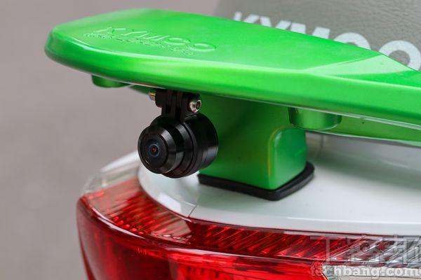 行車記錄器只有電子防震,安裝時盡量避開塑膠車殼而選擇金屬支架部位,可以減緩影片晃動狀況。