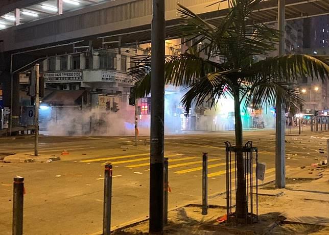 防暴警在筲箕灣道太安街再度發射催淚彈。(高詩敏攝)