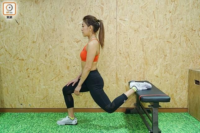 先將左腳向後屈曲擱於長椅上,右腳屈曲成90度角。(胡振文攝)