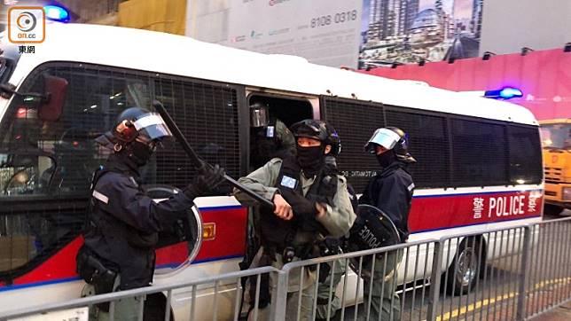 裕民坊有市民被帶上警車。(任方攝)