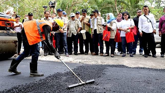 Jalan Aspal dengan Campuran Limbah Plastik Mulai Dibangun di Bali