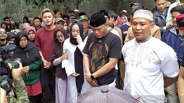 Sule bersama Rizky Febian, Putri Delila dan masyarakat di acara pemakaman Lina Jubaidah di Bandung, Sabtu (4/1/2020). [Instagram Antaranews.com]