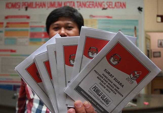 Petugas KPU Tangerang Selatan menunjukan surat suara Pilpres untuk pelaksanaan Pemungutan Suara Ulang (PSU) Pemilu 2019 di Kantor KPU Tange