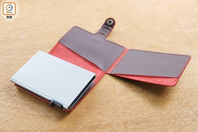 皮革套可以擺放3張卡,加上鋁金屬卡片盒,總共可以擺放8張卡。(胡振文攝)