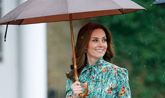 Inikah Alasan Kate Middleton Sering Memakai Plaster di Jarinya?