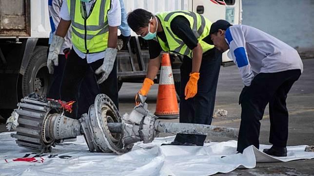 Petugas memindahkan turbin pesawat Lion Air JT 610 di Pelabuhan Tanjung Priok, Jakarta