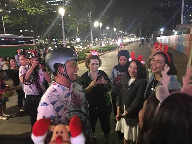 Gubernur DKI Jakarta Anies Baswedan saat singgah di lokasi pertunjukan Christmas Carol di trotoar depan FX Sudirman, Senayan, Kamis 19 Desember 2019. Tempo/Taufiq Siddiq