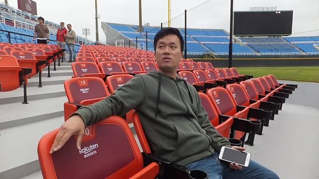猿隊領隊劉玠廷用「博君一笑」形容安排人型立像的目的。記者藍宗標/攝影