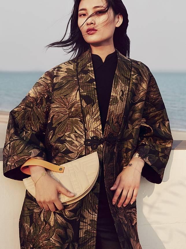 SHANGHAI TANG Floral Jacquard Kimono Jacket、Half Moon Leather Wristlet Clutch(互聯網)