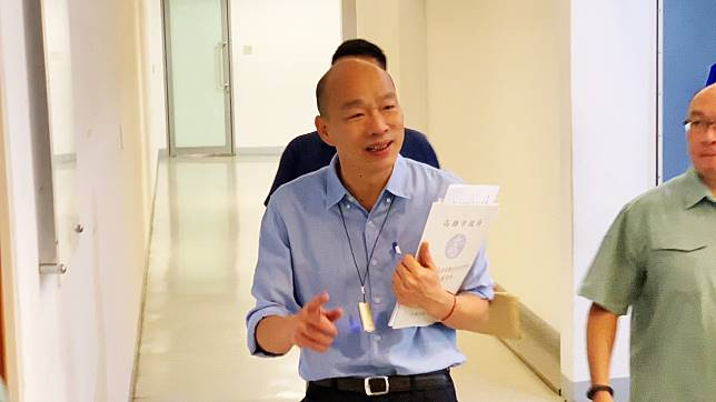 韓國瑜26日出席市政活動,談到潘恆旭的事情時,他說局長出席活動要自己小心謹慎,對於媒體追問是否有對潘多加提醒,韓沒有回答。 (圖/記者郭俊暉攝)