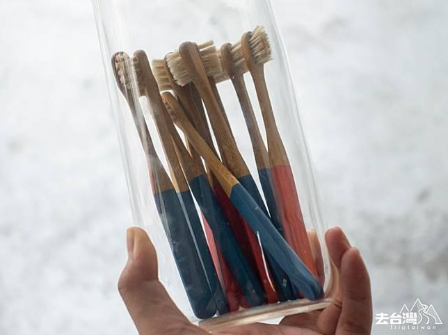 在台灣,每年掉棄一億支塑膠牙齒,於是家宏回鄉研發製作竹牙刷,使用3年以上孟宗竹,不使用二氧化硫、漂白劑,連顏料也使用歐盟認證無毒顏料。