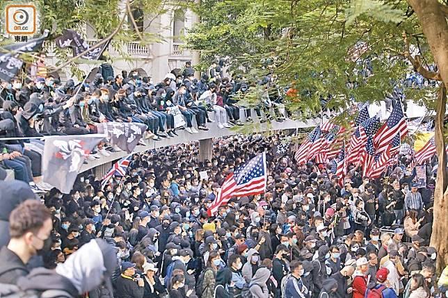 中環:警方指集會最高峰有一萬一千多人參加,現場有人高舉美國及英國國旗。
