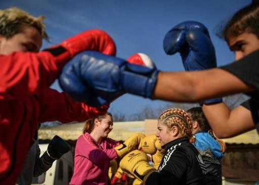นักมวยหญิงเตรียมตัวฝึกในค่ายมวย ที่เมืองท่องเที่ยว ซาราตา มอนเทโอรู Daniel MIHAILESCU / AFP