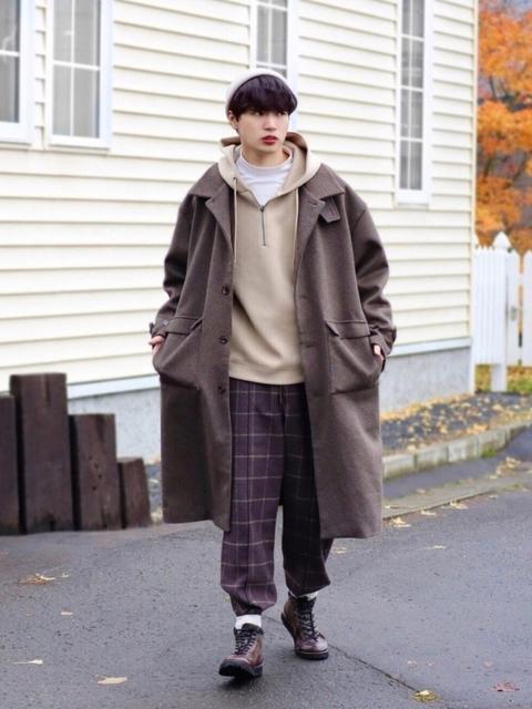 以連帽上衣、格紋褲、長版風衣連結復古休閒風