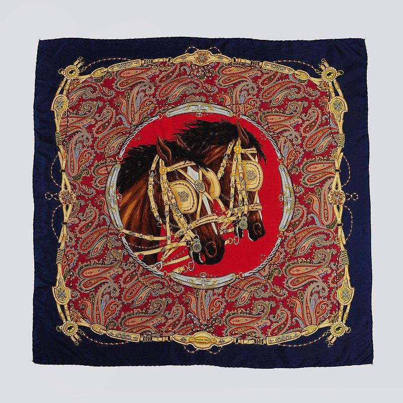 蛋植物嚴選古董絲巾,細緻絲滑的觸感,繽紛多彩的印花,無論結為領巾、或是綁做髮帶,都能夠為穿著增添一抹復古的色彩!
