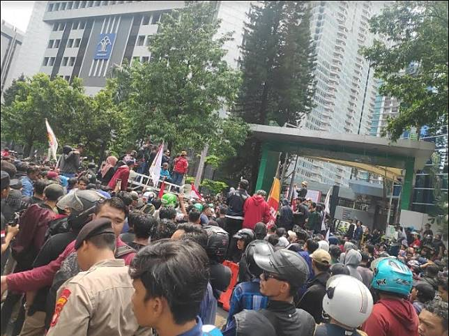 Warga Tanjung Priok unjuk rasa di depan Gedung Kemenkumham. Foto: Medcom/M Sholahadhin Azhar
