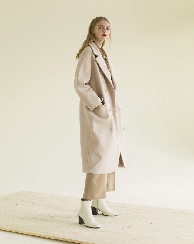 厚實的毛呢材質/翻領設計/中長版版型/搭配排釦造型/兩側做口袋設計/附細緻內裡