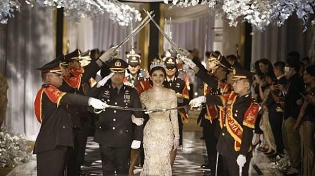 Kapolsek Kembangan Kompol Fahrul Sudiana menggelar pesta pernikahan di tengah wabah corona. (Dok. Instagram/Pauull_21)
