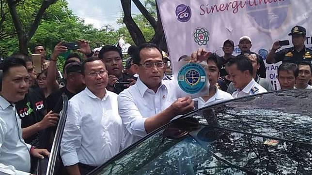 Menteri Perhubungan saat resmikan stiker untuk taksi online.